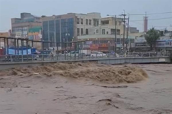 7일 광주 지역에 내린 폭우로 인해 곳곳이 침수된 모습. 광주 서구 양동시장 인근의 광주천 물이 범라말 듯 흐르고 있다.