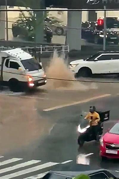 7일 광주 지역에 내린 폭우로 인해 곳곳이 침수된 모습. 광주 서구 쌍촌동 도로의 하수구에서 물이 역류하고 있다.