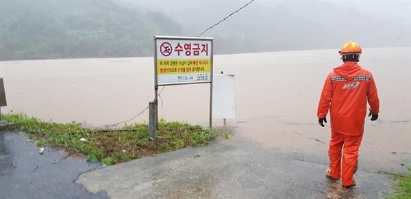 남부지방에 폭우가 내리면서 8일 오전 전남 구례군 섬진강의 물이 불어 범람 위기에 놓여 있다. [순천소방서 119 산악구조대 제공]
