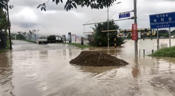 남부지방에 폭우가 내리면서 8일 오전 전남 구례군 섬진강의 물이 불어 범람 위기에 놓여 있다. 2020.8.8 [전남 구례군 제공]