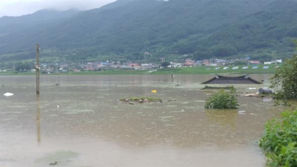 구례 침수상황 조씨가 <오마이뉴스>에 제공한 사진을 보면, 집은 기와지붕만 겨우 보이는 상태로 주위 농지는 모두 물에 잠겼다.