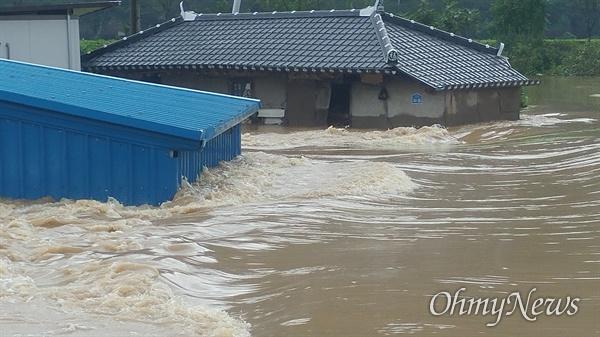 8일 오후 폭우에 물에 잠긴 구례군 구례읍 토지면 상황(사진: 조태용 제공).