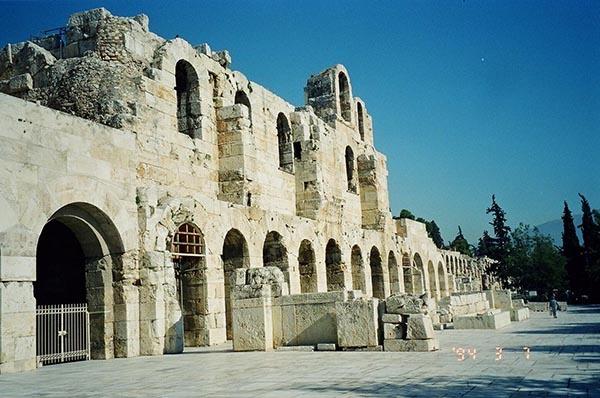 """마라톤에서 벌어진 페르시아와의 전투에서 그리스가 이겼다는 승전보를 전하기 위해 약 40km를 단숨에 달려왔던 병사 휘디피데스는 아크로폴리스에 도착해 애타게 소식을 기다리고 있던 아테네 시민들에게 """"우리가 이겼소!"""" 하고 외치고는 그 자리에서 숨을 거두었다. 사진은 아크로폴리스 매표소."""