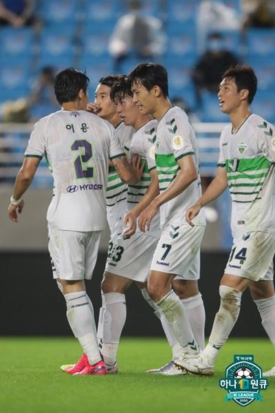 8일 오후 8시 DGB 대구은행 파크에서 벌어진 2020 K리그 원 15라운드 대구 FC와 전북 현대의 경기에서 득점에 성공한 전북 김보경이 골 세레머니를 하고 있다.
