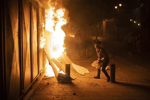 '폭발참사'에 성난 레바논 국민, 거리서 반정부 시위 폭발 참사가 발생한 레바논에서 반정부 시위대가 6일(현지시간) 수도 베이루트 시내에 진출해 수십년간 권력을 장악한 정치 엘리트층을 규탄하고 있다.