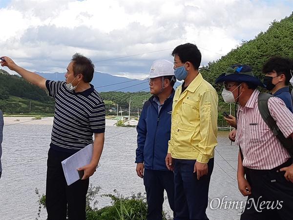 8월 9일 새벽 낙동강 합천창녕보 상류 250m 지점의 제방이 붕괴된 가운데, 박창근 가톨릭관동대교수 등이 현장을 살펴보고 있다.