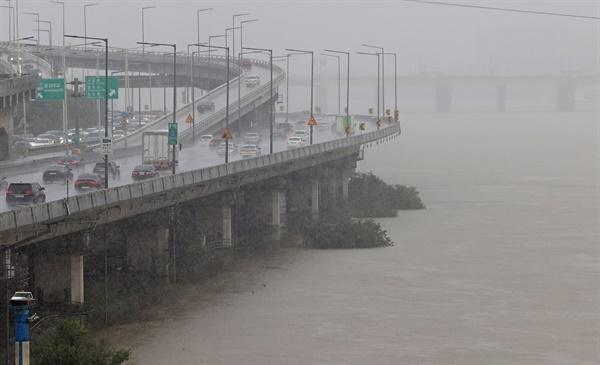 서울 전역을 비롯한 수도권에 호우 경보가 발령된 9일 오후 서울 반포대교 인근 강변북로 아래 한강 산책로가 강물에 잠겨 있다. 2020.8.9