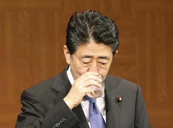 (히로시마 교도=연합뉴스) 아베 신조(安倍晋三) 일본 총리가 지난 6일 일본 히로시마(廣島)시에서 열린 기자회견 도중 물을 마시고 있다.    최근 일본의 신종 코로나바이러스 감염증(코로나19) 확진자가 급증했으나 아베 총리는 이날 회견에서 긴급사태를 다시 선언할 상황은 아니라고 밝혔다. 2020.8.9