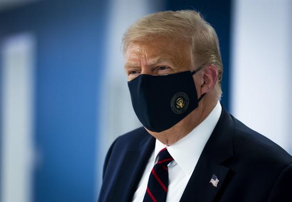 코로나19 예방 마스크를 쓴 도널드 트럼프 미국 대통령이 30일(현지시간) 워싱턴DC 미국적십자 본부를 둘러보고 있다. (워싱턴 AP=연합뉴스)