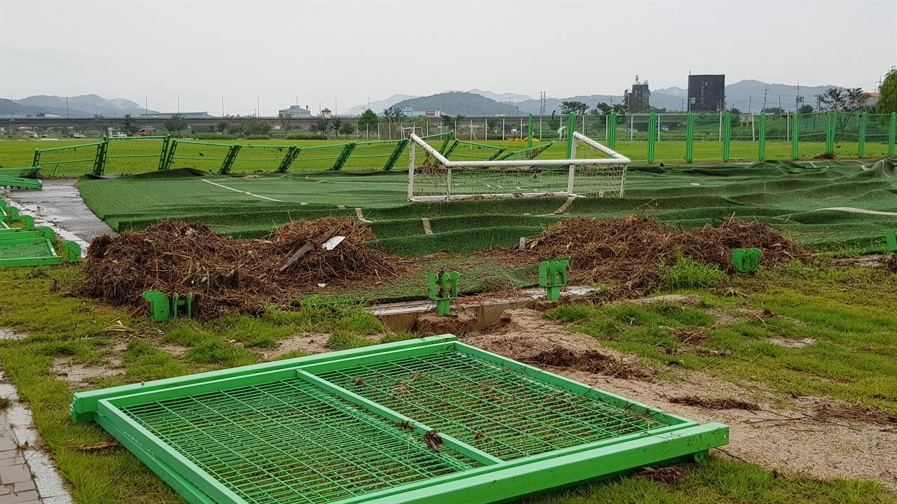 뜯기고 널브러진 무한천 수변 풋살 경기장