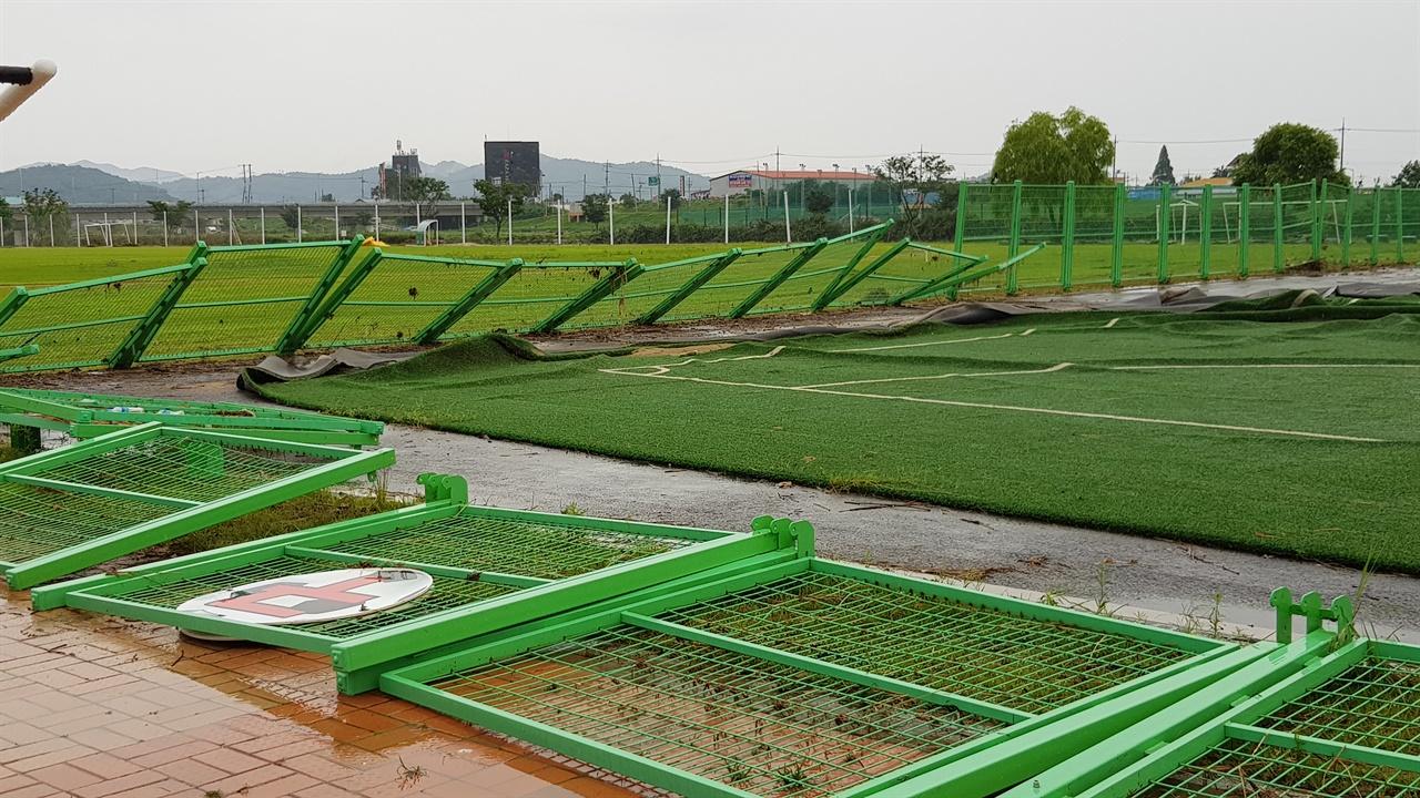 무한천 풋살 경기장의 철제 담장이 넘어져 있다.
