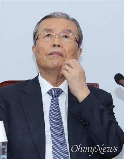 생각에 잠긴 김종인 미래통합당 김종인 비상대책위원장이 10일 오전 서울 여의도 국회에서 주재한 비대위회의에서 생각에 잠겨 있다.