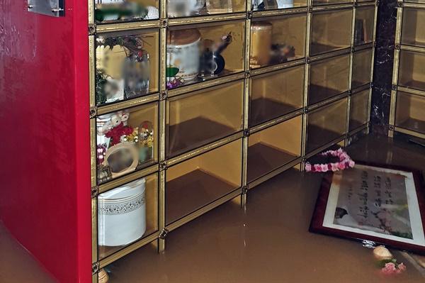 """8일 침수된 광주 북구의 한 납골당의 모습. 사진을 보내온 시민은 """"물이 어느 정도 빠진 상황""""이라고 전했다."""