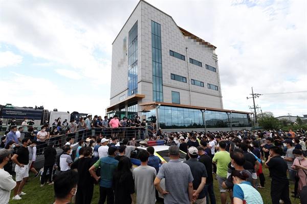 최근 폭우로 침수 피해가 난 광주 북구 동림동 한 사설 납골당에 9일 유골함 안전 여부를 확인하려는 유가족이 모여 있다.