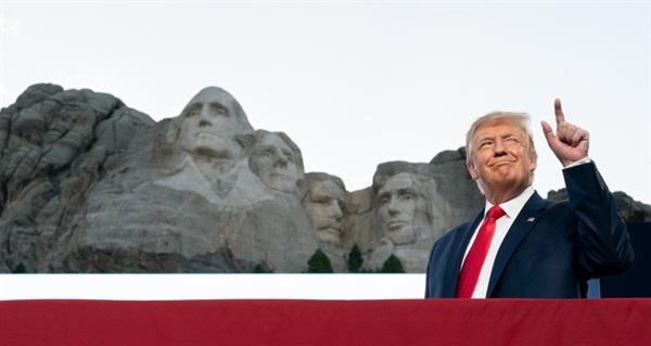 도널드 트럼프 미국 대통령이 러시모어산 조각상에 자신의 얼굴을 넣어 트위터 올린 사진 갈무리.