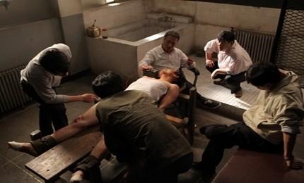 보안사에 불법으로 강제 연행된 뒤 이상철은 수사관들에게 끔찍한 고문을 당했다. 사진은 영화 <남영동 1985>의 한 장면