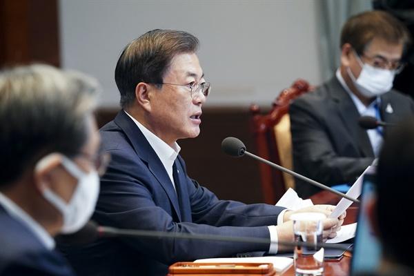 문재인 대통령이 10일 오후 청와대에서 수석·보좌관 회의를 주재하고 있다.
