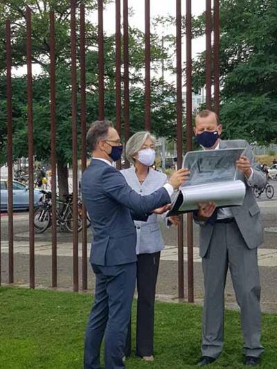 강경화(가운데) 외교장관이 10일 독일 수도 베를린에서 하이코 마스(왼쪽) 독일 외무장관과 회담을 한 뒤 장벽기념공원에서 설명을 듣고 있다.