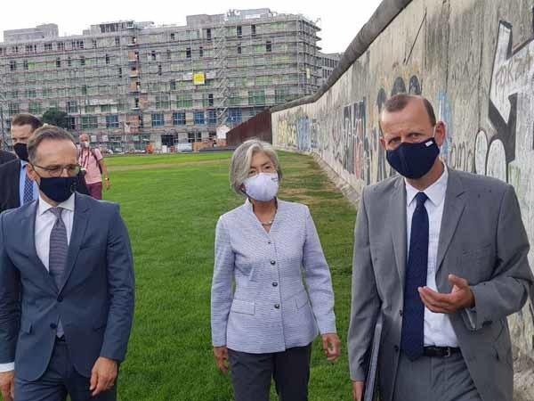 강경화 외교장관(가운데)이 10일 독일 수도 베를린에서 하이코 마스 독일 외무장관(오른쪽)과 회담을 한 뒤 장벽 기념공원을 둘러보고 있다.