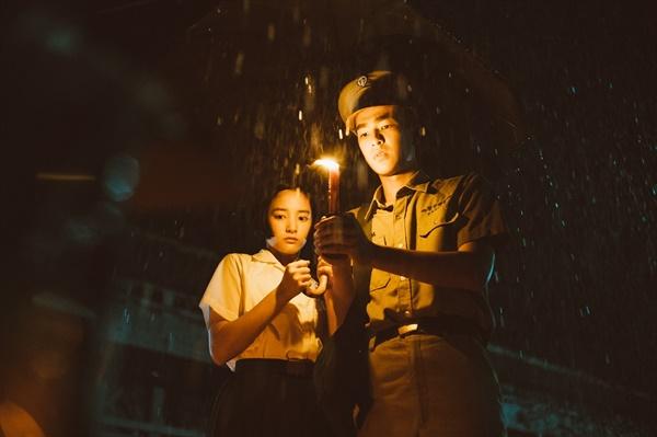 영화 <반교 : 디텐션>은 팡루이신(왕정·왼쪽)과 웨이중팅(증경화)이 으스스한 학교에서 만나면서 본격적으로 벌어지는 이야기다.