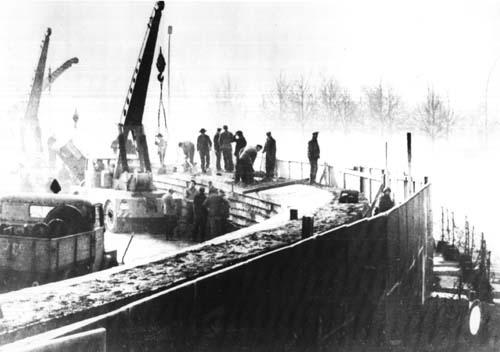 베를린장벽을 건설하는 모습. 1961년 11월에 촬영된 사진.