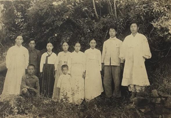 이석환 가족사진 우측에서 두번째가 이석환, 세번째가 이윤필.
