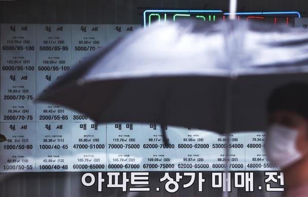 9일 노원구의 한 부동산에 전월세, 매매 매물 안내문이 써붙어 있다.