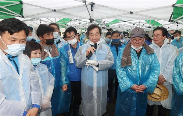 더불어민주당 이낙연 당대표 후보가 11일 충북 음성군 대야리에서 수해 복구 봉사활동을 하기 전 주민들에게 격려하고 있다.