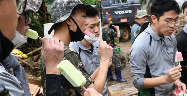 8월 11일 거창군 고제면 산양마을 수해복구 현장의 군인.