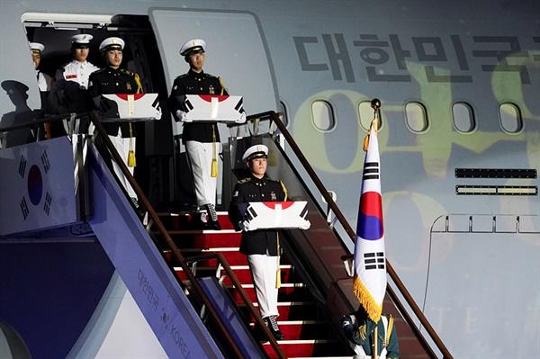 지난 6월 25일 경기도 성남 서울공항에서 열린 6.25전쟁 70주년 행사에서 국군 전사자 147명의 호국영웅이 한국으로 귀국했다.