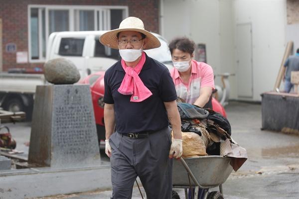 11일 오전 전남 구례군 문척면 구성마을에서 미래통합당 주호영 원내대표가 마을회관에 남아있는 침수 피해 폐기물을 옮기고 있다.