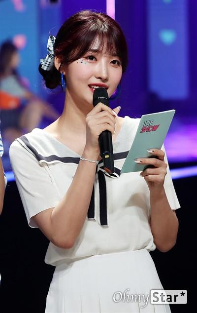 '더쇼' 시현, 능숙한 진행 에버글로우 시현이 11일 오후 서울 마포구 SBS프리즘타워에서 생방송으로 열린 SBS MTV <더쇼>에서 진행을 하고 있다.
