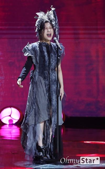 '더쇼' 안예은, 귀로 듣는 전설의 고향 안예은 가수가 11일 오후 서울 마포구 SBS프리즘타워에서 생방송으로 열린 < SBS MTV 더쇼 >에서 '능소화'를 열창을 하고 있다.
