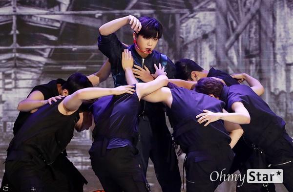 '더쇼' 강다니엘, 댄서들과 춤을 강다니엘 가수가 11일 오후 서울 마포구 SBS프리즘타워에서 생방송으로 열린 SBS MTV <더쇼>에서 열창을 하고 있다.