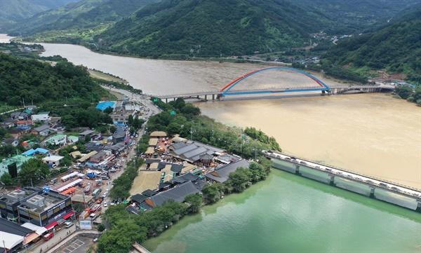 9일 오후 경남 하동군 화개면 탑리 화개장터 침수 현장 뒤로 섬진강이 흐르고 있다. 화개장터는 전날 400㎜ 이상 폭우로 마을이 침수됐다.