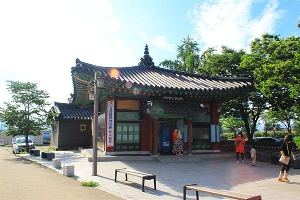 반월성 바로 아래에 위치한 신라왕궁영상관 모습