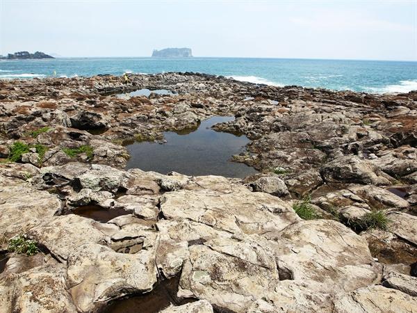 제주해군기지가 들어서기 전 구럼비 바위와 할망물의 모습