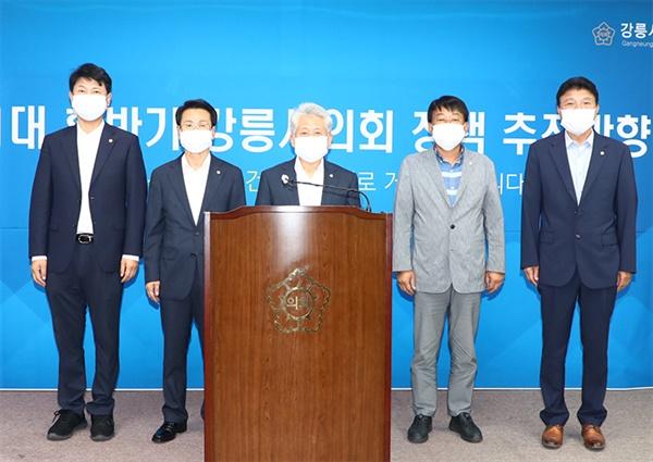 12일 강릉시의회 강희문 의장은 강릉시의회 2층 대회의실에서 기자회견을 열고 후반기 정책추진 방향에 대해 설명하고 있다.