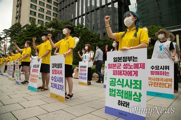 일본군성노예제 문제해결을 위한 수요시위를 지키기 위해 평화나비네트워크 소속 대학생들이 12일 오후 서울 종로구 일본대사관앞에서 집회를 하고 있다.