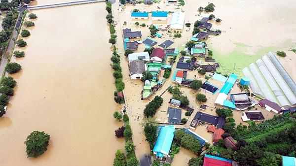 고향마을인 오지리에 홍수가 들이닥친 모습을 드론으로 촬영했다. 홍수 난 당일 모습을 지인이 촬영해 전송해줬다.