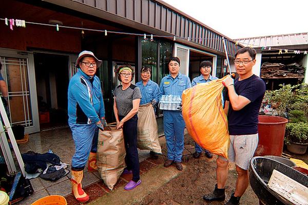 광양피엠씨텍 직원 10여명이 구호물품을 들고와 봉사활동을 벌이고 있다. 이런 손길이 수재민들의 힘을 북돋아준다.