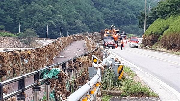 엄청난 물이 도로를 덮쳐 쓰레기들이 자전거 도로 방책에 걸려있고 근로자들이 유실된 도로를 복구하고 있었다. 도깨비마을 인근 도로 모습이다