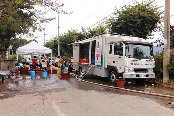 물에 젖은 이불과 옷가지를 빨래해주기 위해 광주 전남 적십자사 직원 4명과 자원봉사자 5명이 수재민들을 돕고 있는 모습