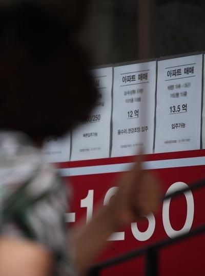 서울 아파트 평균 가격 10억원 돌파  서울 아파트의 평균 가격이 10억원을 돌파했다는 민간 조사업체의 분석이 나왔다. 부동산114는 지난달 말 기준 서울 아파트의 평균 가격이 10억509만원을 기록해 처음으로 10억원을 넘겼다고 12일 밝혔다. 사진은 이날 오후 서울 마포구의 한 부동산 앞.
