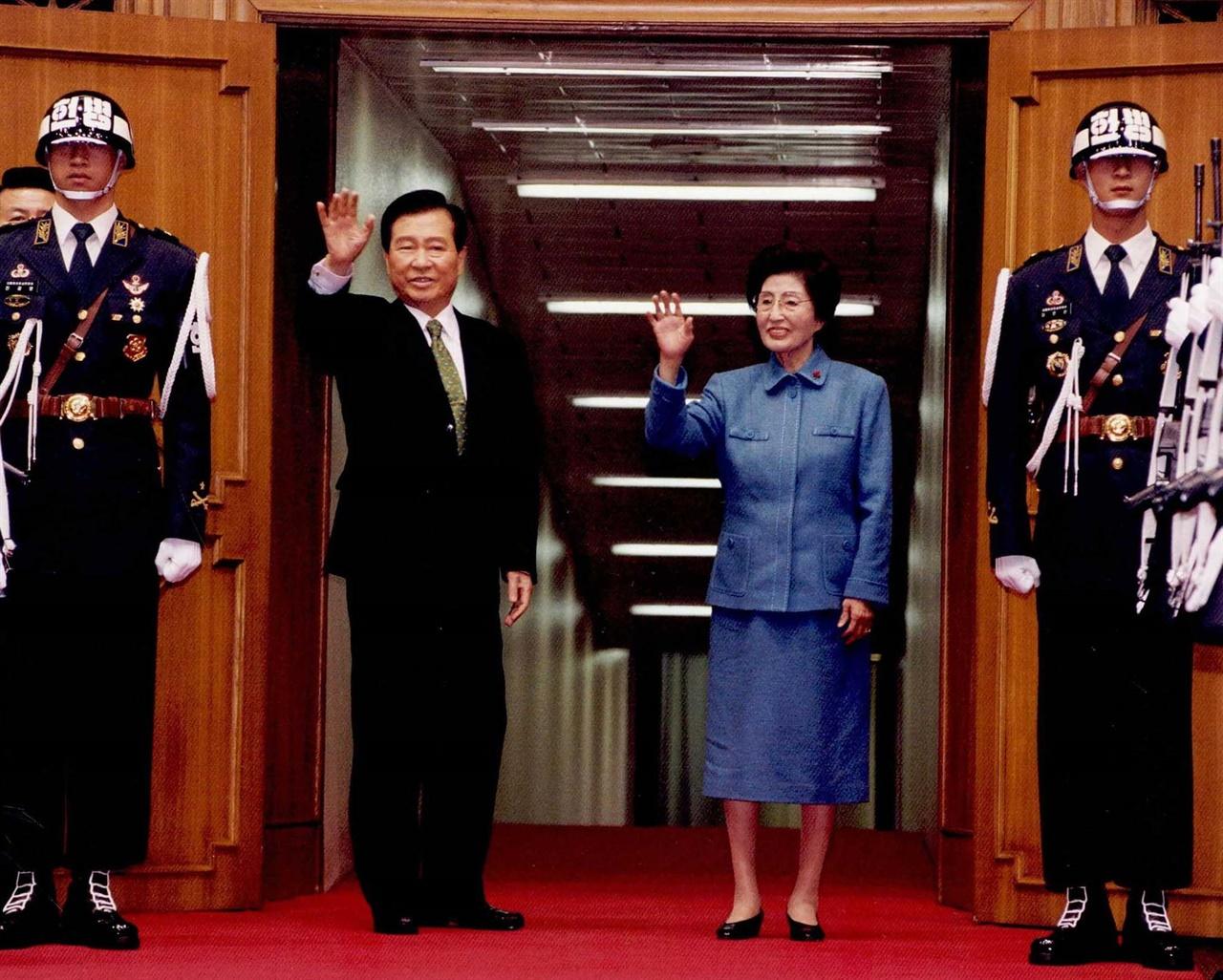 김 대통령 내외 해외순방 출국인사