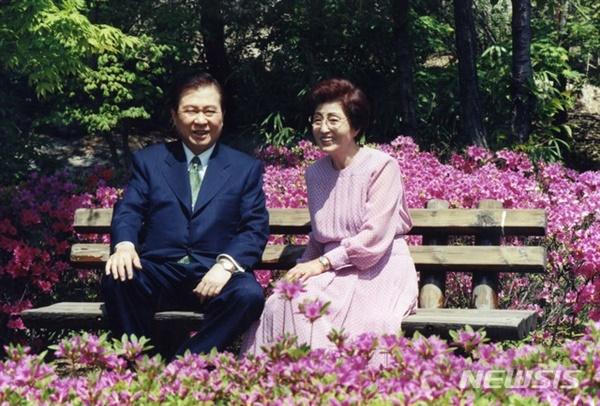어느 봄날 청와대에서 김 대중 대통령 내외가 봄볕을 즐기고 있다.