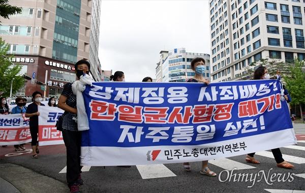 12일 저녁 대전평화의소녀상 앞에서 '광복75주년 대전 8.15민족자주대회'가 열린 가운데, 노동자들이 행사 시작 전 거리행진을 하고 있다.