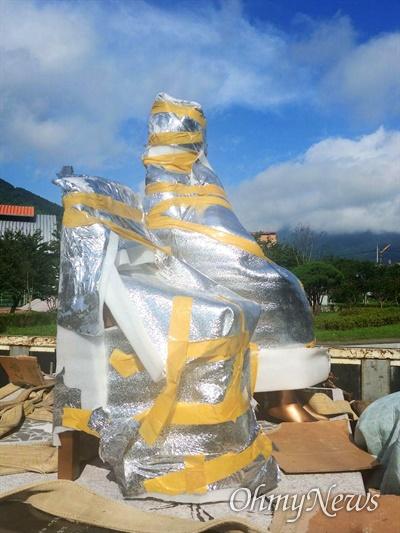 산청청소년수련관 앞에서 '평화의 소녀상' 건립 작업이 진행되고 있다.
