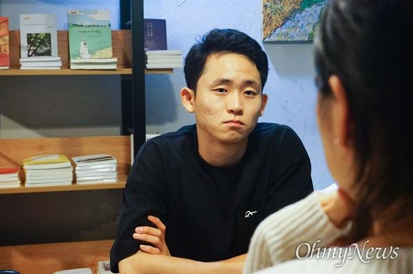 지난 5일 저녁, 조기현 작가가 서울 영등포구 독립서점 '일단 불온'에서 한 청년과 인터뷰를 진행하는 모습.