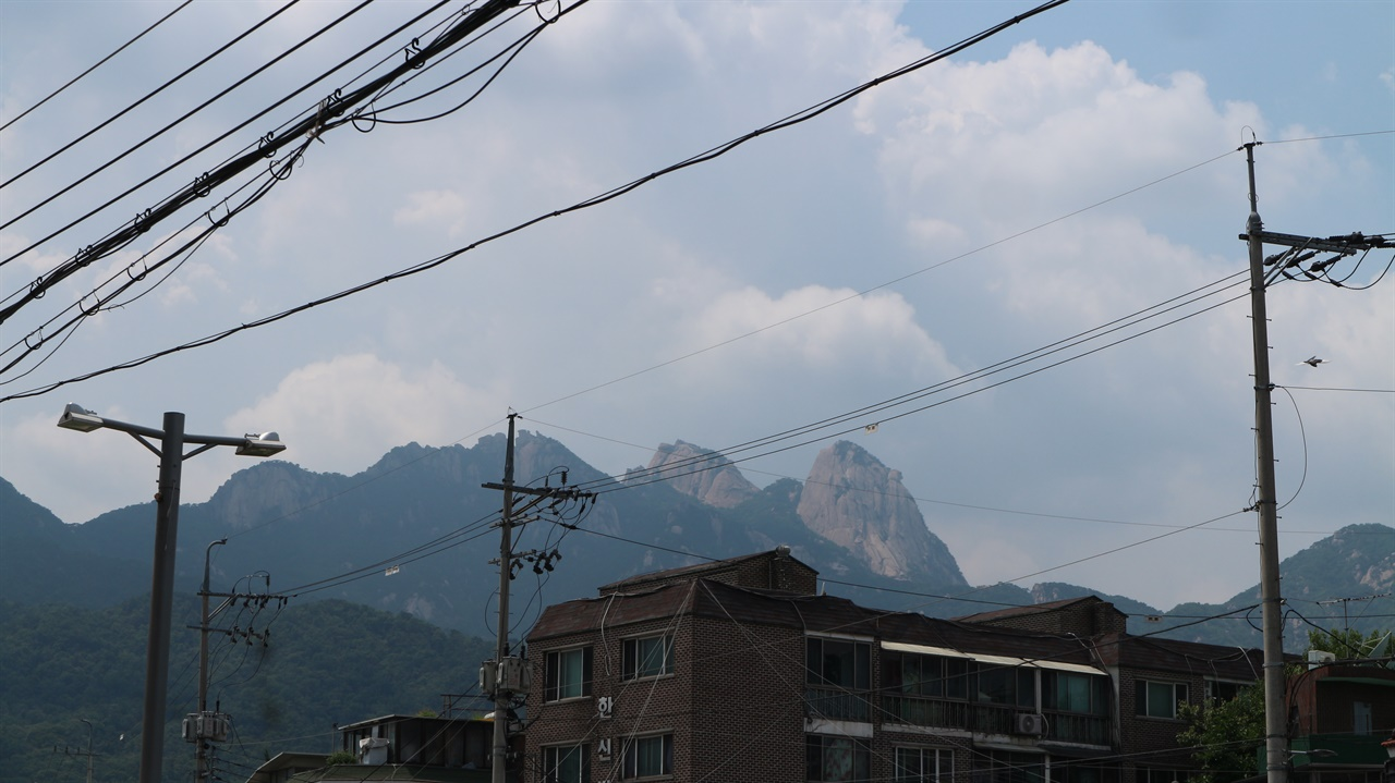 수유동에서 바라본 북한산 인수봉 어릴 적 동네의 흔적은 거의 사라졌지만 북한산 인수봉이 바라보이는 모습은 그대로였다.